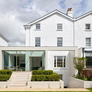 Aménagement d'une façade de maison double beige moderne de taille moyenne et à trois étages et plus avec un revêtement mixte, un toit plat et un toit mixte.