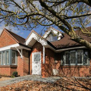 サリーのコンテンポラリースタイルのおしゃれな家の外観 (赤い外壁) の写真