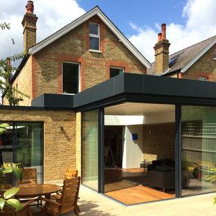 ロンドンのコンテンポラリースタイルのおしゃれな家の外観 (レンガサイディング、黄色い外壁、タウンハウス) の写真