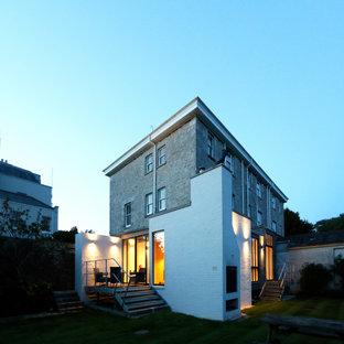 Пример оригинального дизайна: четырехэтажный, кирпичный дуплекс среднего размера в стиле ретро с металлической крышей