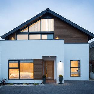 Imagen de fachada blanca, marinera, de tamaño medio, de dos plantas, con revestimiento de estuco y tejado a dos aguas