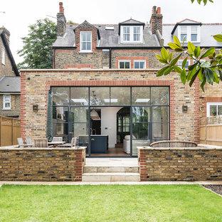 ロンドンのトランジショナルスタイルのおしゃれな家の外観 (ベージュの外壁) の写真