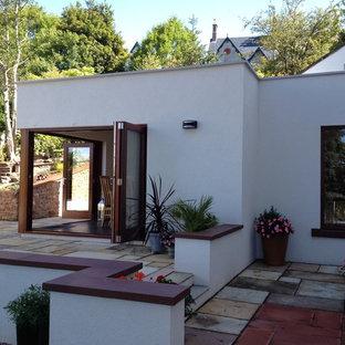 他の地域のコンテンポラリースタイルのおしゃれな家の外観 (漆喰サイディング、陸屋根、デュープレックス、混合材屋根) の写真