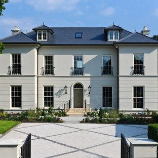 ロンドンのトラディショナルスタイルのおしゃれな家の外観 (寄棟屋根) の写真