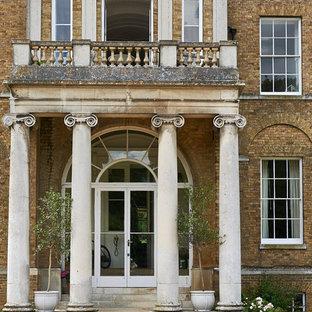 Inspiration pour une façade de maison marron traditionnelle de taille moyenne.