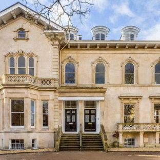Inspiration pour une façade de maison traditionnelle à trois étages et plus.
