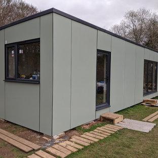 На фото: маленький, одноэтажный, зеленый мини-дом в современном стиле с комбинированной облицовкой, плоской крышей и крышей из смешанных материалов с