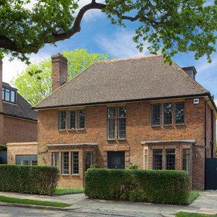 Diseño de fachada de casa marrón, clásica, de tamaño medio, de dos plantas, con revestimiento de ladrillo, tejado a dos aguas y tejado de teja de barro