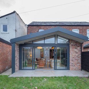 マンチェスターのコンテンポラリースタイルのおしゃれな家の外観 (レンガサイディング、赤い外壁、切妻屋根、デュープレックス、瓦屋根) の写真
