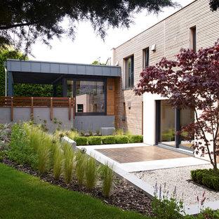 На фото: дом в современном стиле с облицовкой из бетона с