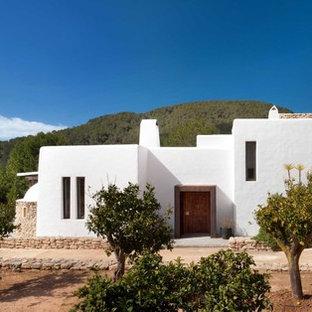 Weißes, Kleines Mediterranes Haus mit Lehmfassade und Flachdach in London