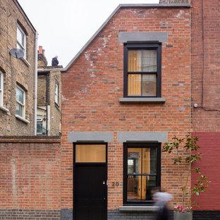 ロンドンのインダストリアルスタイルのおしゃれな二階建ての家 (レンガサイディング、タウンハウス) の写真