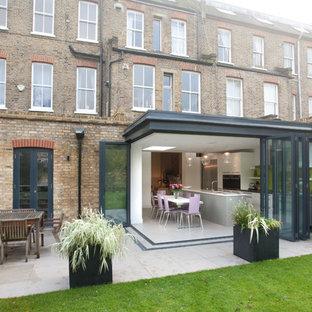 Idee per la facciata di un appartamento piccolo nero contemporaneo a un piano con rivestimento in metallo, tetto piano e copertura mista