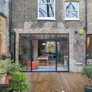 ロンドンのエクレクティックスタイルのおしゃれな家の外観 (レンガサイディング、タウンハウス) の写真