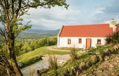 In Irlanda, il Cottage Silente Circondato da Boschi e Laghi
