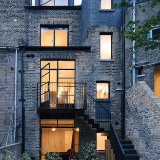 ロンドンの中くらいの北欧スタイルのおしゃれな家の外観 (レンガサイディング、マルチカラーの外壁、タウンハウス、混合材屋根) の写真