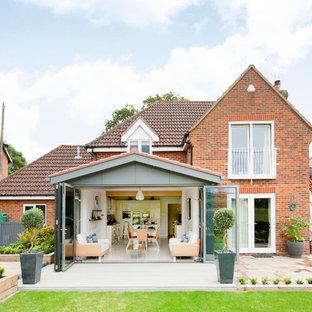Пример оригинального дизайна: двухэтажный фасад дома в современном стиле с облицовкой из кирпича