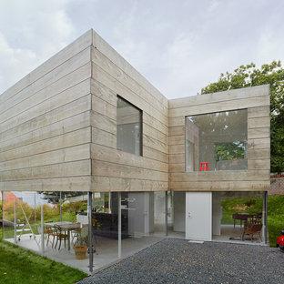 Idéer för mycket stora funkis beige trähus, med allt i ett plan och platt tak
