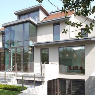 ロンドンのコンテンポラリースタイルのおしゃれな家の外観 (漆喰サイディング) の写真