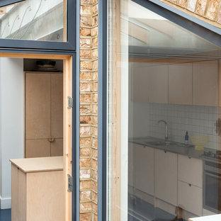 ロンドンの北欧スタイルのおしゃれな家の外観 (レンガサイディング、タウンハウス) の写真