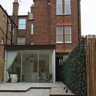 ロンドンのコンテンポラリースタイルのおしゃれな家の外観 (メタルサイディング、茶色い外壁、陸屋根、アパート・マンション、金属屋根) の写真