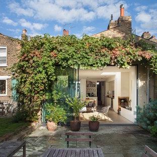 Пример оригинального дизайна: фасад дома в стиле современная классика с облицовкой из кирпича