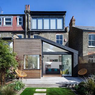 Modelo de fachada de casa bifamiliar multicolor, actual, de tamaño medio, de tres plantas, con revestimientos combinados, tejado de un solo tendido y tejado de metal