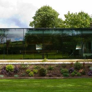 Idéer för ett stort amerikanskt vitt hus, med två våningar och glasfasad