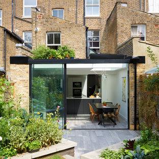 Foto della facciata di una casa contemporanea a un piano con rivestimento in vetro