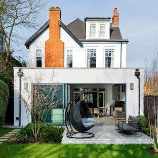 Inspiration för stora moderna vita hus, med stuckatur och valmat tak