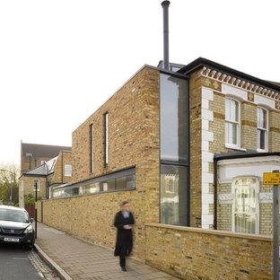 ロンドンのコンテンポラリースタイルのおしゃれな家の外観 (レンガサイディング、茶色い外壁、切妻屋根、デュープレックス、瓦屋根) の写真