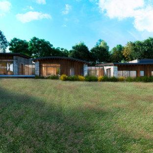 Idéer för ett mycket stort modernt brunt hus i flera nivåer, med tak i metall