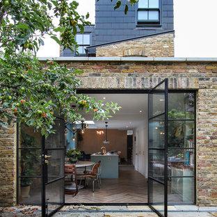 Idée de décoration pour une façade de maison design à un étage et de taille moyenne avec un toit plat.