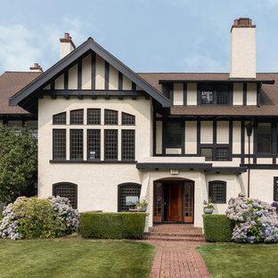 Modelo de fachada de casa multicolor, de estilo americano, de tamaño medio, de dos plantas, con tejado de teja de madera y tejado a dos aguas