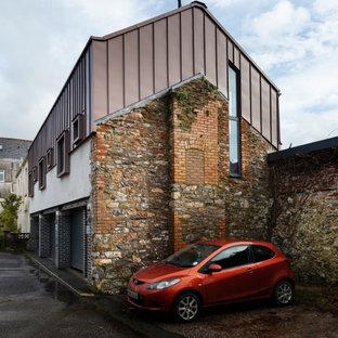 Modelo de fachada urbana, de tres plantas, con revestimiento de metal y tejado de metal