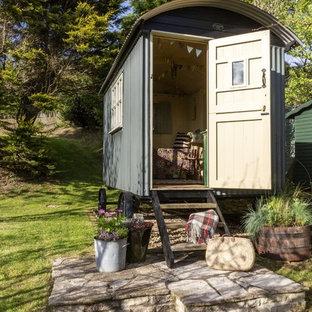 Идея дизайна: маленький, серый частный загородный дом в стиле шебби-шик с облицовкой из металла