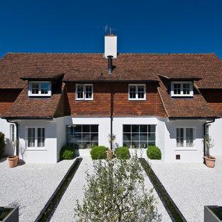 Idee per la facciata di una casa grande bianca contemporanea a due piani con rivestimenti misti e tetto a padiglione