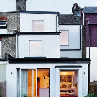 ロンドンの北欧スタイルのおしゃれな家の外観 (漆喰サイディング、タウンハウス、混合材屋根) の写真