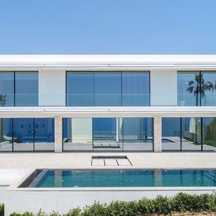Ejemplo de fachada de casa blanca, contemporánea, de dos plantas, con revestimientos combinados y tejado plano