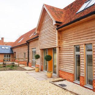 ウィルトシャーのカントリー風おしゃれな家の外観 (木材サイディング、デュープレックス) の写真
