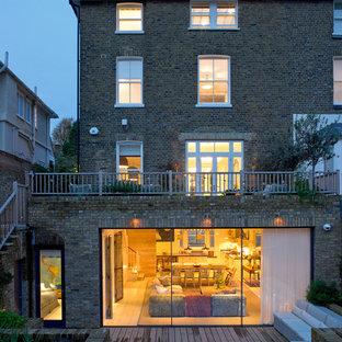 Неиссякаемый источник вдохновения для домашнего уюта: кирпичный, трехэтажный, большой, коричневый дуплекс в викторианском стиле с полувальмовой крышей и черепичной крышей