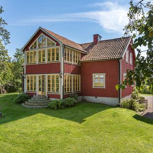 Idéer för stora lantliga röda hus, med två våningar, sadeltak och tak med takplattor