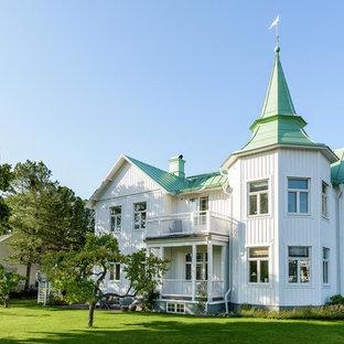 Inspiration för ett stort maritimt vitt hus, med två våningar och tak i metall