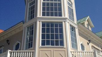 Fönster med tunna wienerspröjs till denna fantastiska byggnad