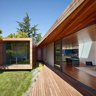 Inredning av ett modernt beige trähus, med allt i ett plan och platt tak