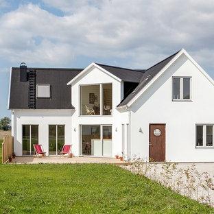 Nordisk inredning av ett vitt hus, med två våningar och sadeltak