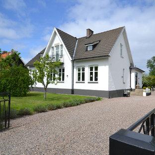 Idéer för att renovera ett vintage vitt hus, med två våningar, sadeltak och tak med takplattor