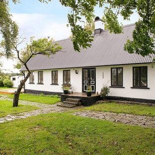Inredning av ett minimalistiskt litet vitt hus, med allt i ett plan, sadeltak och tak i metall
