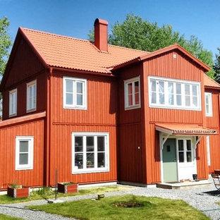 Lantlig inredning av ett rött hus, med två våningar, sadeltak och tak med takplattor