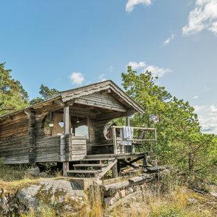 Exempel på ett litet rustikt hus, med allt i ett plan och sadeltak